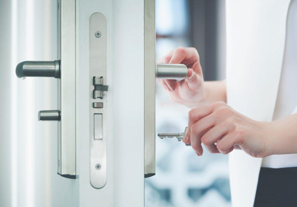 Skal jeg bestille en udskiftning af lås eller en omkodning af lås af låsesmeden?